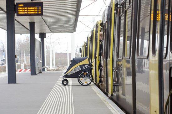 Afbeelding van de Innopet hondenbuggy Hercules bij de trein