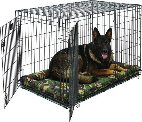 Afbeelding van een hondenbench van metaal met hond op een zacht luxe kussen