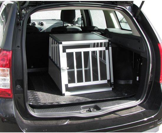 Afbeelding van hondenbench in de achterbak van een auto