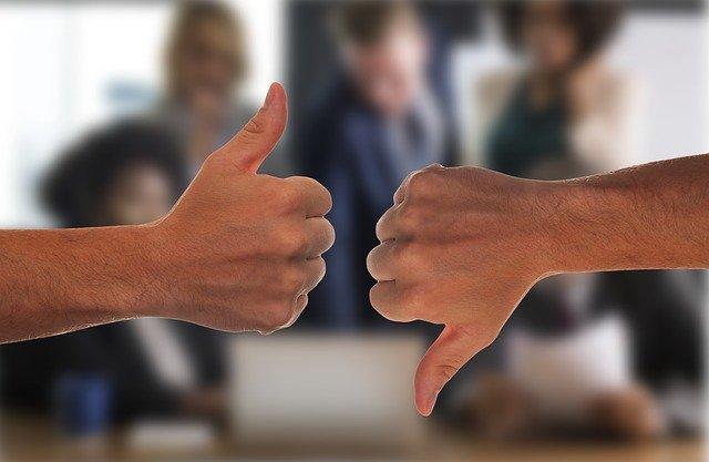 Afbeelding van twee duimen, 1 omhoog en 1 omlaag