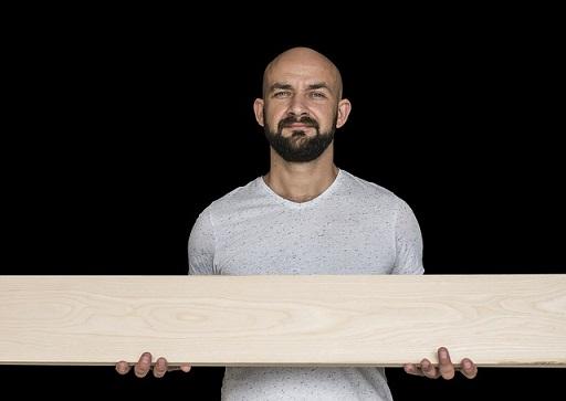 Afbeelding van man die hout vasthoudt