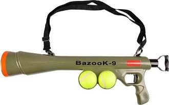 Afbeelding van de Bazooka ballenschieter met twee tennisballen