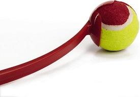 Afbeelding van een bal die in een werper zit van dichtbij