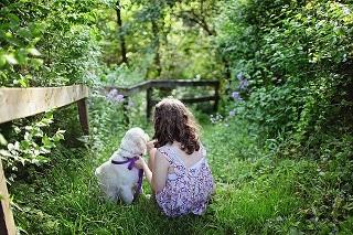 Afbeelding voor een hond nemen: meisje met een puppy