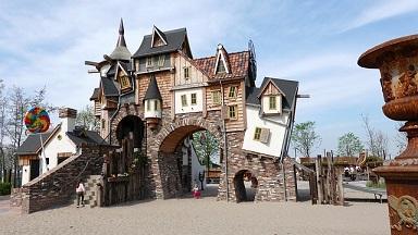 Afbeelding van een pretpark met scheve huisjes