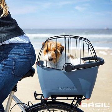 Afbeelding van de Basil Buddy Hondenfietsmand achterop een fiets met korf