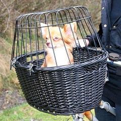 Afbeelding van de Trixie Hondenfietsmand voorop een fiets met hondje