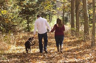 Afbeelding van een dagje uit van mensen met een hond in het bos