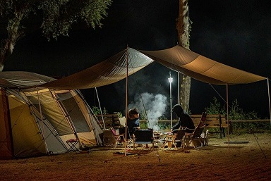 Afbeelding van een camping met twee kampeerders